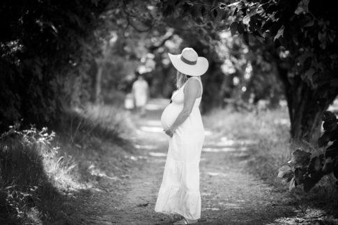 Portrait d'une femme enceinte en noir et blanc. Photo prise lors d'une séance grossesse par Myriam Ohayon Photographe à Nice