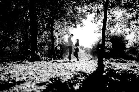 Photo en noir et blanc d'un couple se regardant. La femme est enceinte. Photo prise lors d'une séance grossesse par Myriam Ohayon Photographe à Nice