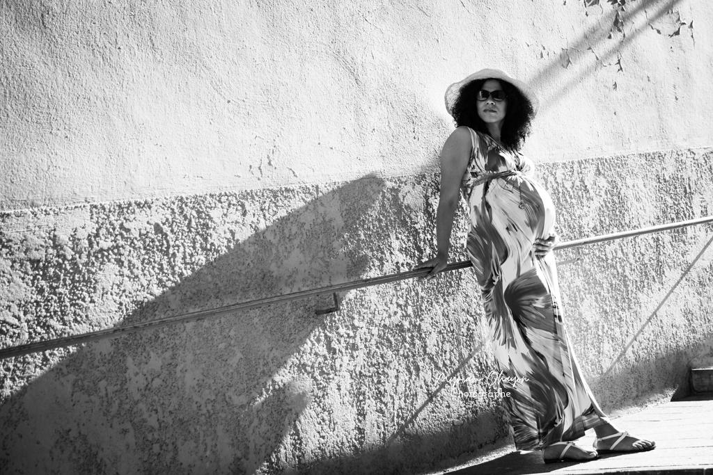 photo de grossesse en noir et blanc dans le vieux nice