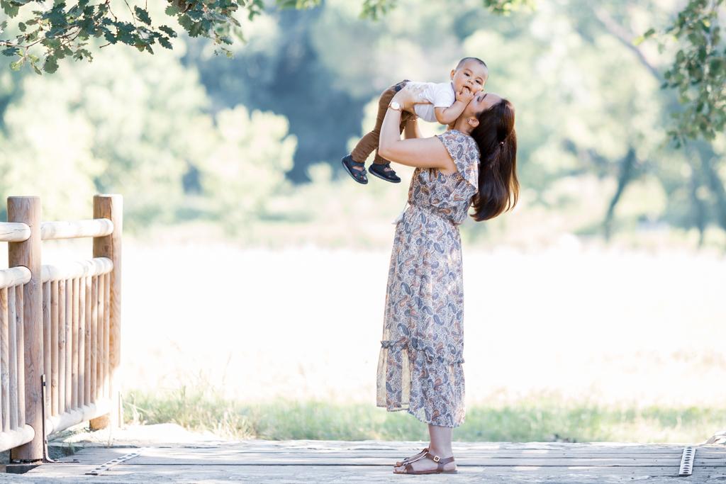 5 raisons de faire une séance photo en famille : une maman et son fils pendant un shooting photo à Nice