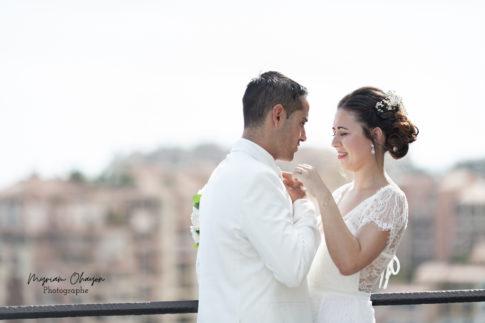 un couple pose pour ses photos de mariage a monaco