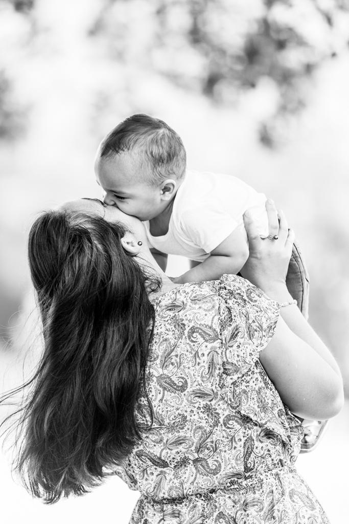 Un bébé embrassant sa maman lors d'une séance photo à Nice.