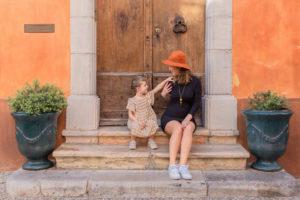 une mere et sa fille pendant une seance photo grossesse dans le var 83