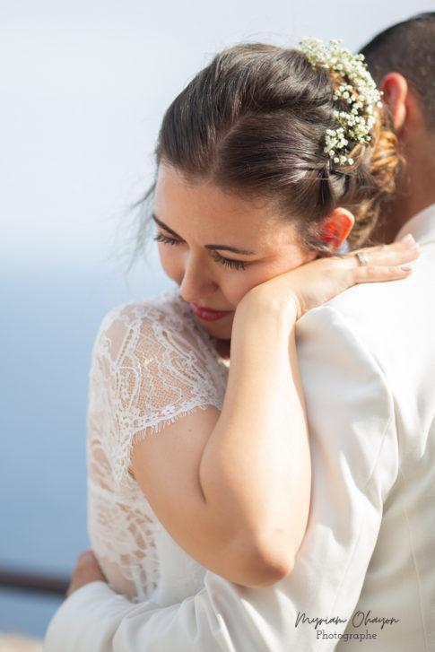 un couple s'enlace pour ses photos de mariage a Monaco