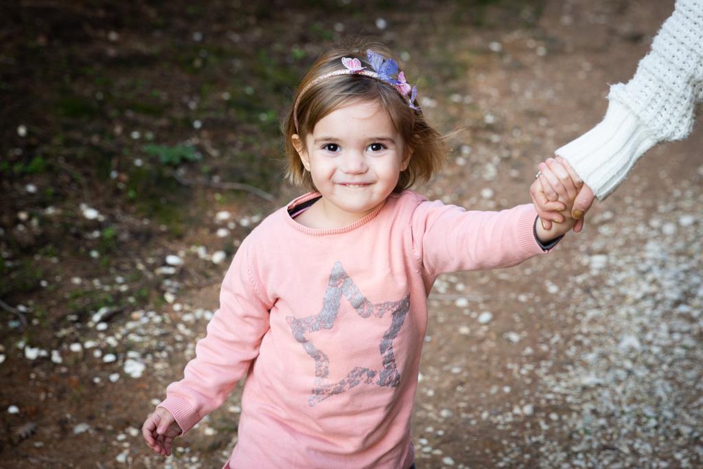 Une petite fille se promène dans un parc. Photo prise lors d'une séance photo en famille à Cannes par Myriam Ohayon Photographe