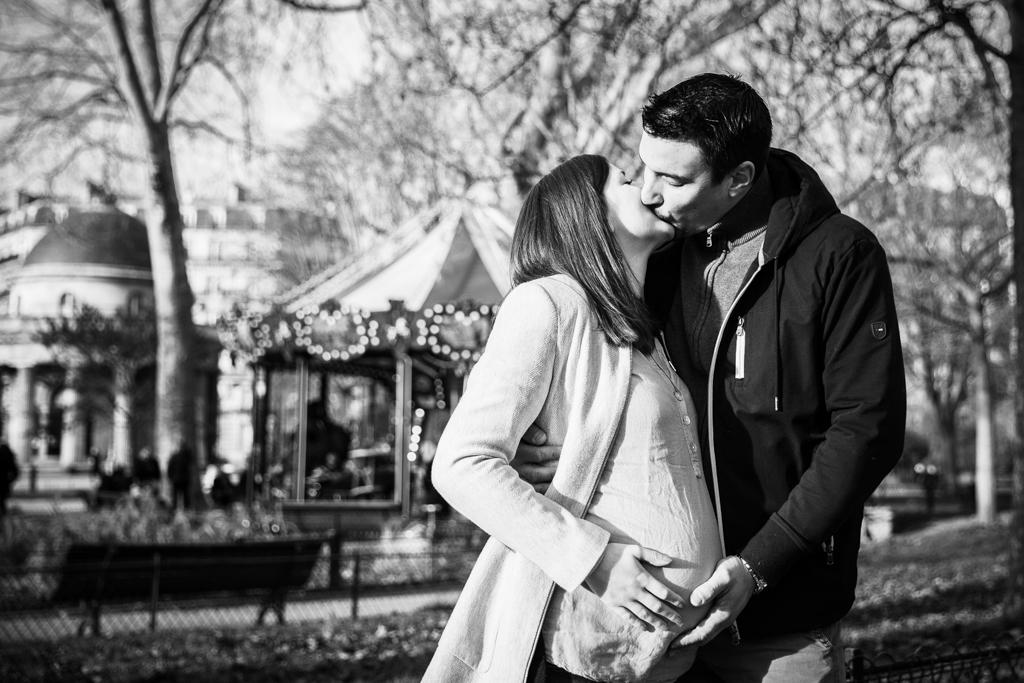 photos grossesse parc monceau en noir et blanc