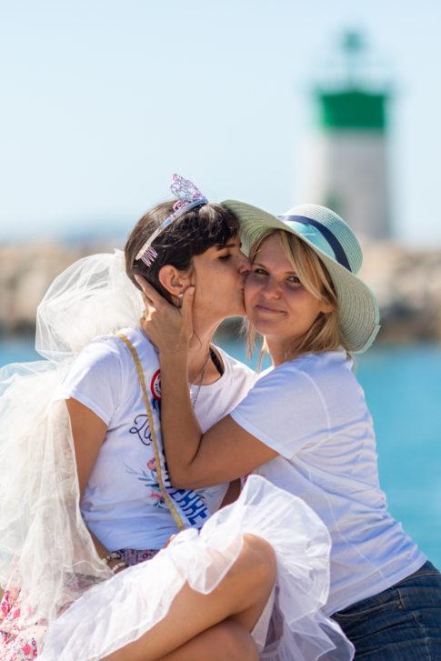 une future mariée embrasse sa soeur lors de sa séance photo EVJF près de Nice