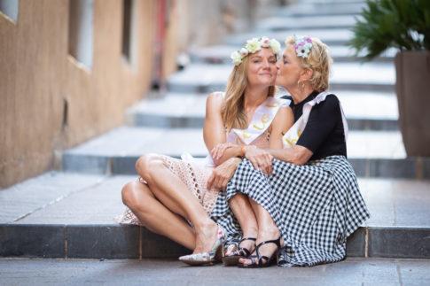 une maman et sa fille - future mariée - photo de groupe prise par Myriam Ohayon Photographe pour un EVJF à Nice