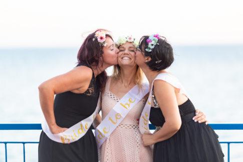 une future mariee est embrassée par ses témoins lors de sa séance photo EVJF à Nice