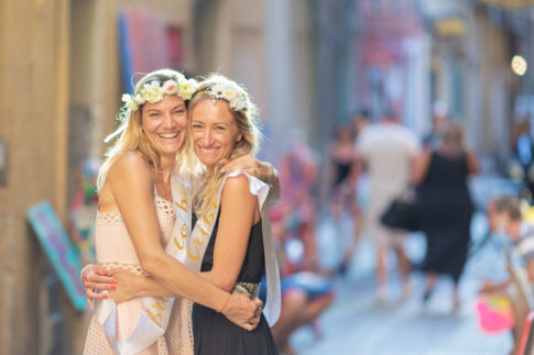 une future mariée pose avec une amie pendant son EVJF à Nice