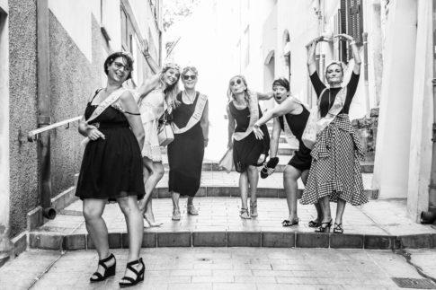 des copines s'amusent à poser pour une séance photo EVJF