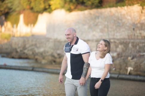 Un couple se promène sur une plage. Photo prise par Myriam Ohayon Photographe lors de leur séance d'engagement au Cap d'Antibes