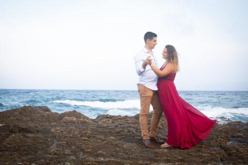 Un couple danse sur une plage. Photo prise par Myriam Ohayon Photographe lors de leur séance d'engagement aux Issambres, dans le Var.