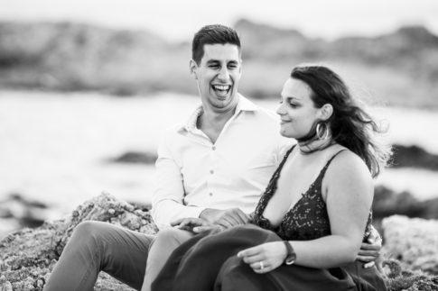Un futur marié éclate de rire lors de sa séance d'engagement aux Issambres dans le Var. Photo prise par Myriam Ohayon Photographe