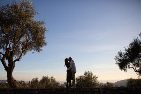 Un couple de futurs mariés s'embrassent lors de leur séance d'engagement à Nice. Photo prise par Myriam Ohayon Photographe