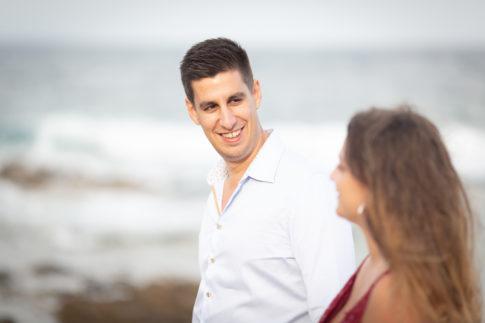 Photo prise sur le vif d'un futur marié lors de sa séance d'engagement dans le Var. Photo prise par Myriam Ohayon Photographe