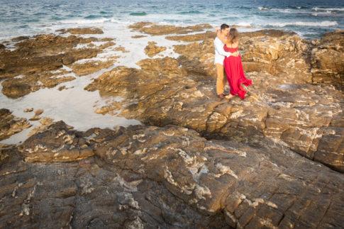 Un couple pose face à face sur la plage des Issambres lors de leur séance d'engagement.