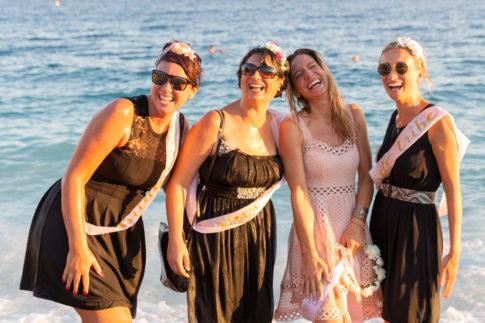 photo de copines près de la plage pour un EVJF