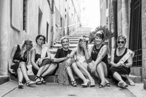 un groupe de copines assises sur les marches dans le vieux nice