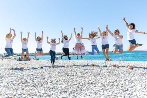 un groupe de copines saute en l'air pour une photo d'EVJF