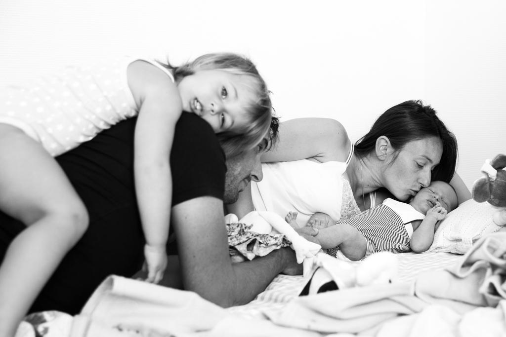 portrait de famille pendant une séance photo naissance à domicile à Nice. Myriam Ohayon Photographe