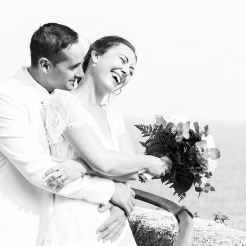 un marie pose avec sa femme lors de leurs photos de couple à Monaco. Photo prise par Myriam Ohayon Photographe