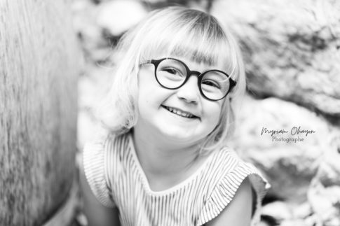 Portrait dune petite fille de 3 ans en noir et blanc.