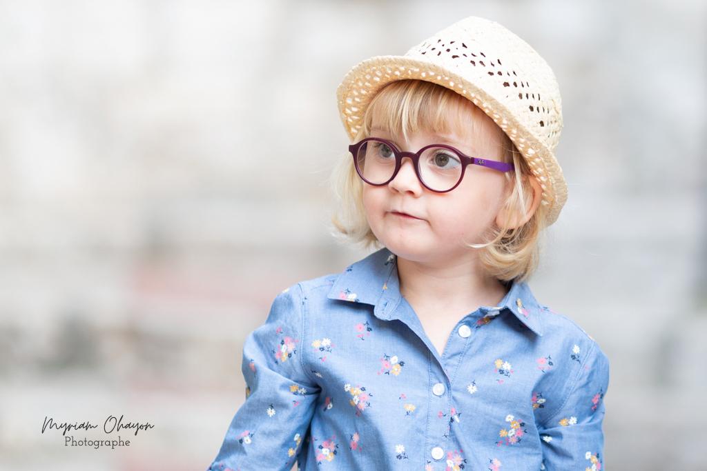 Séance photo en famille à Eze . Portrait d'une petite fille par Myriam Ohayon Photographe