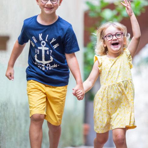 portrait d'une soeur et de son frère lors d'une séance photo en famille à Eze .