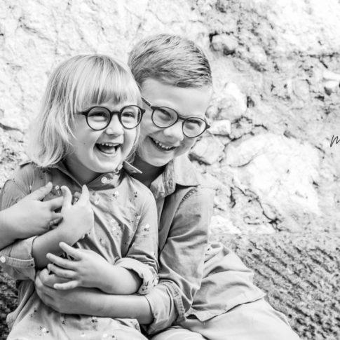 portrait d'un frère et sa soeur lors d'une séance photo en famille à Eze .