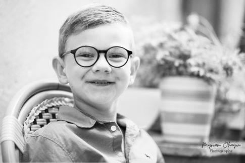 portrait d'un jeune enfant en noir et blanc lors d'une séance photo en famille à Eze .