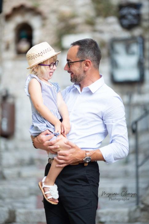 portrait d'un père et sa fille lors d'une séance photo en famille à Eze .