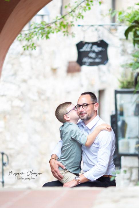 portrait d'un père et son fils lors d'une séance photo en famille à Eze .