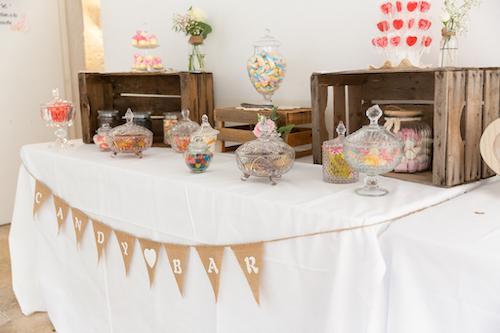 table de candy bar romantique et naturel pour un mariage. Photo par Myriam Ohayon Photographe