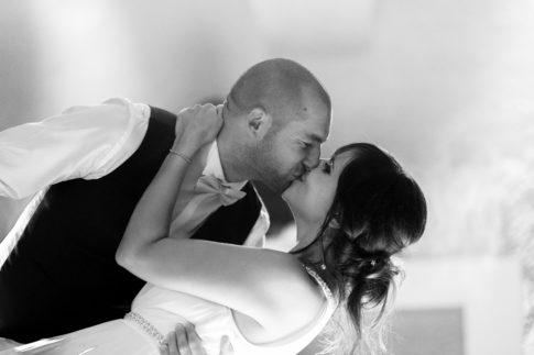 Les mariés s'embrassent pendant leur ouverture de ball