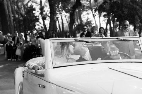 Des mariés s'embrassent lors de leur arrivée au Domaine du Castellet