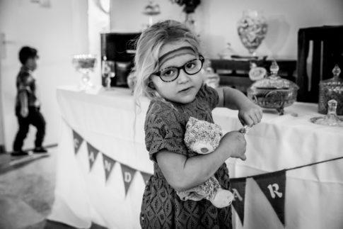 Un mariage entre Nice et le Castellet : Un enfant devant el Candy bar d'un mariage