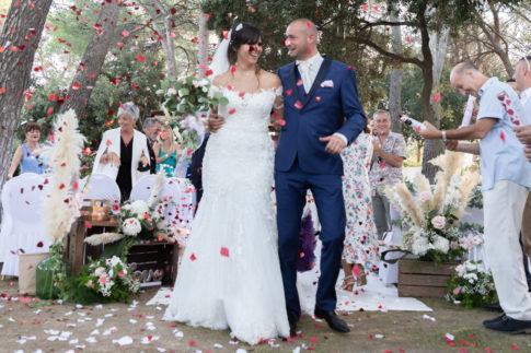 Sortie des mariés après leur cérémonie laïque au Castellet