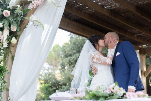 Un mariage entre Nice et le Castellet : Les mariés s'embrassent lors de leur cérémonie laïque au Domaine du Castellet