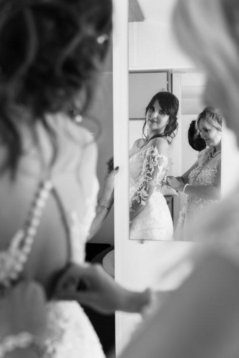 Un mariage entre Nice et le Castellet : Une mariée se prépare avec sa soeur