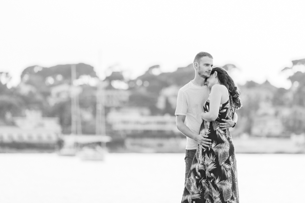 photo en noir et blanc d'un couple sur la plage d'Antibes