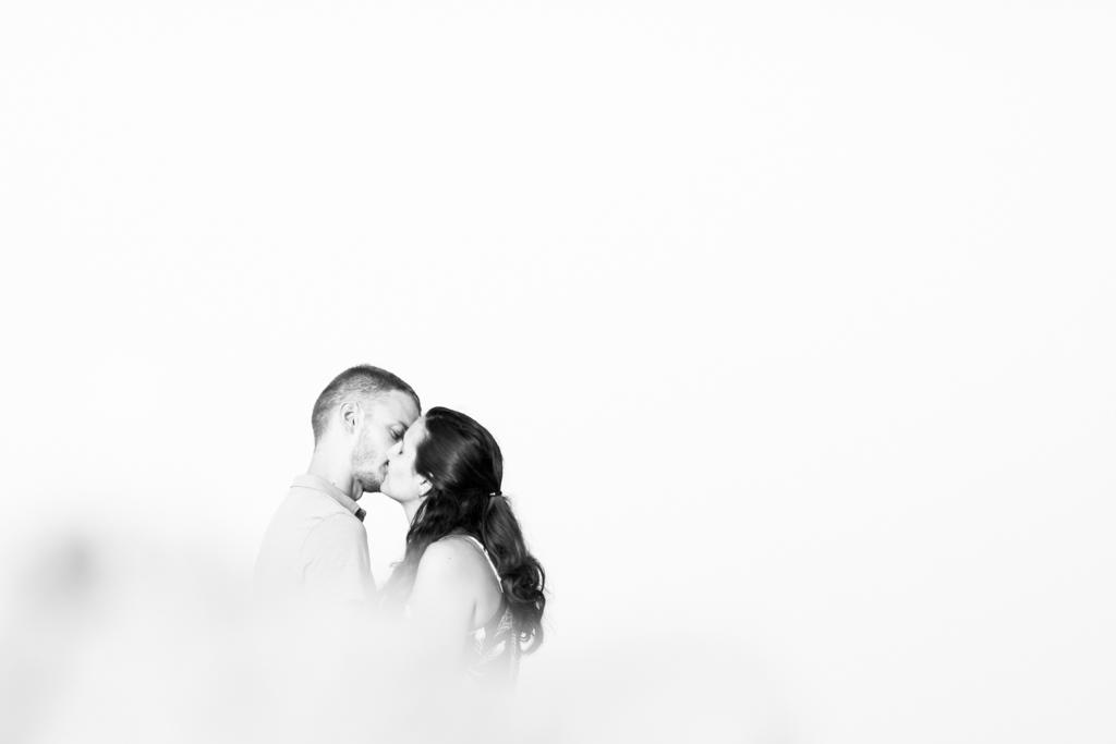 Photo en noir et blanc d'un couple qui s'embrasse