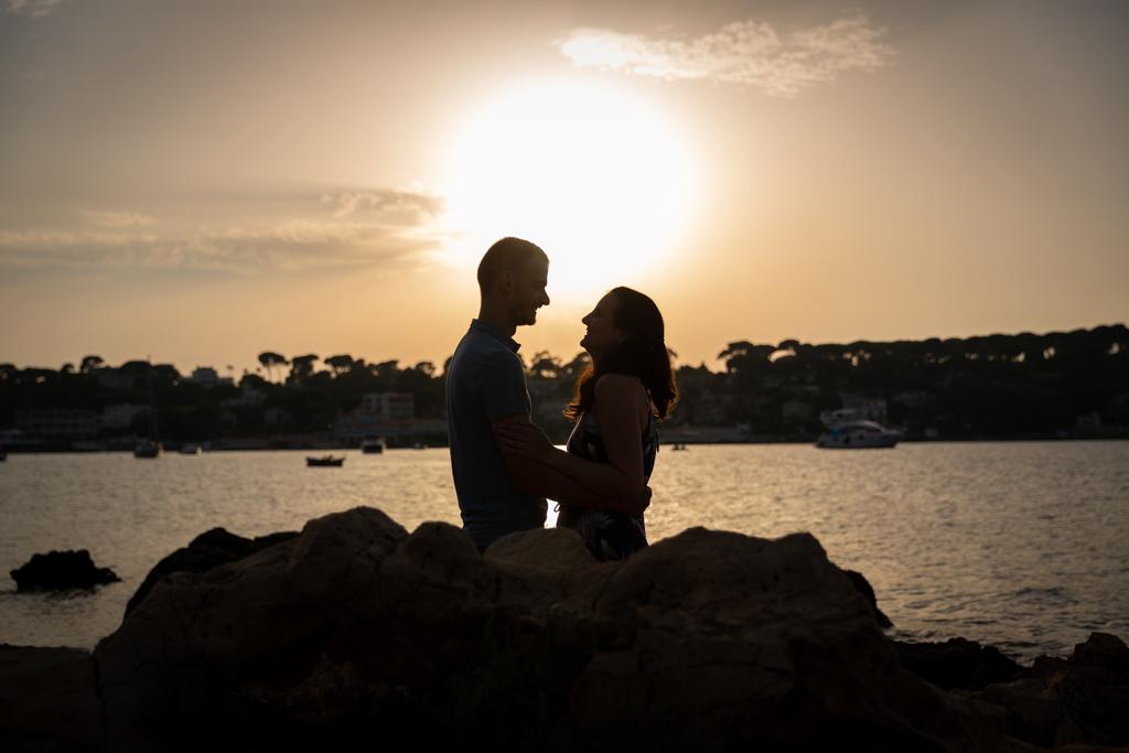 Photo de couple au coucher du soleil à Antibes