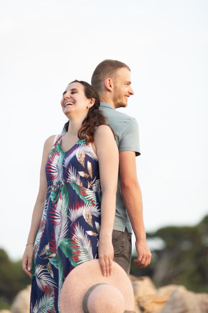 n couple dos à dos pose pendant sa séance d'engagement à Antibes
