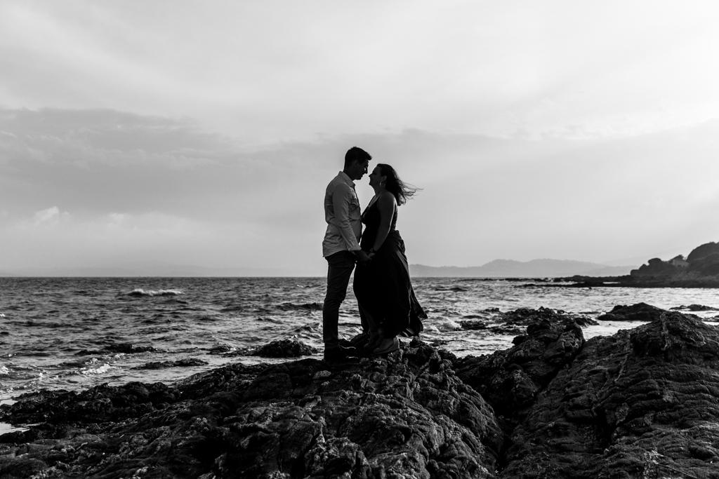 Un couple pose pour sa séance d'engagement sur la plage des Issambres, à Roquebrune-sur)argent, dans le Var. Photo prise par Myriam Ohayon Photographe