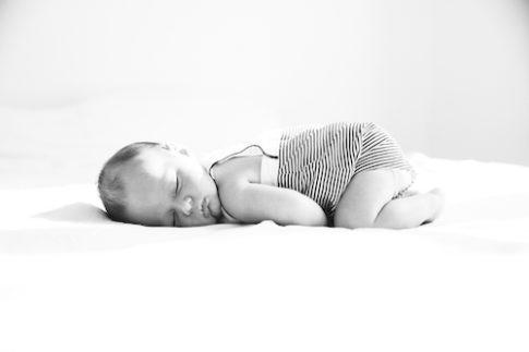 Portrait d'un bébé endormi en noir et blanc.
