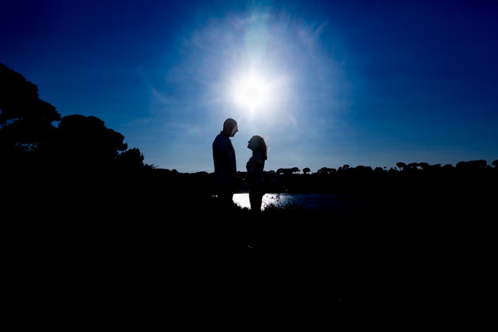 Silhouettes d'un homme et une femme au coucher du soleil. Photo prise lors d'une séance engagement à Antibes. Photo prise par Myriam Ohayon Photographe