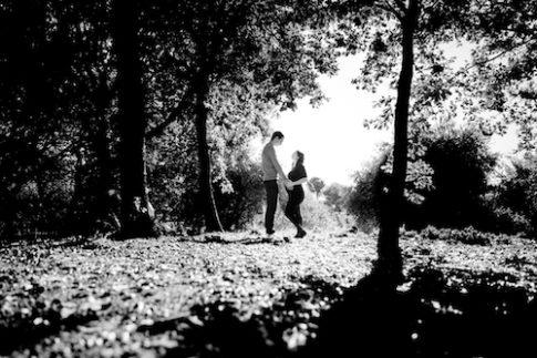 Photo en noir et blanc d'un couple qui pose pour une séance photo grossesse.