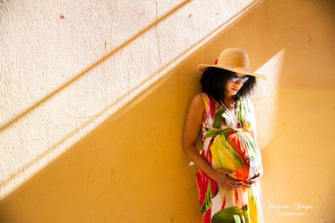 Une femme enceinte pose dans les ruelles du Vieux-Nice pour sa séance grossesse.