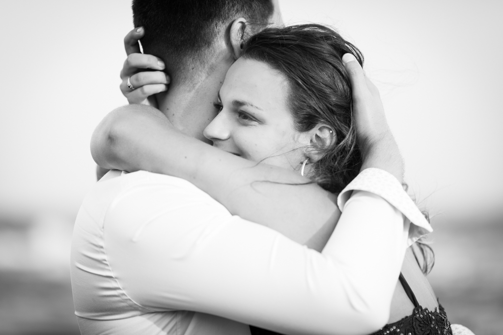 Photo en noir et blanc . Gros plan sur un couple qui s'enlace. On voit le visage de la future mariee. Photo prise par Myriam Ohayon Photographe
